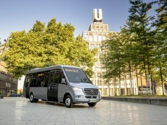 Mercedes-Benz Sprinter City 75, Exterieur, Silberstein metallic, Motor OM 651 mit 120 kW (163 PS), 2,14 L Hubraum, Automatikgetriebe 7G-TRONIC PLUS, Länge/Breite/Höhe: 8.420/2.020/3.000mm, Bestuhlung: 1/12